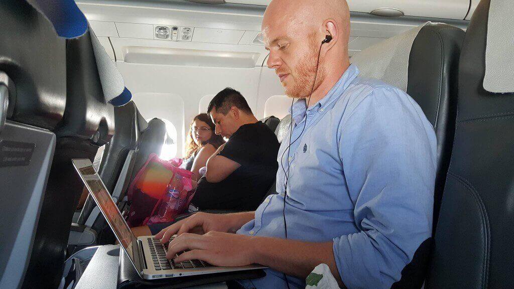 Zwaait vanuit het vliegtuig (LodiPlanting.com)